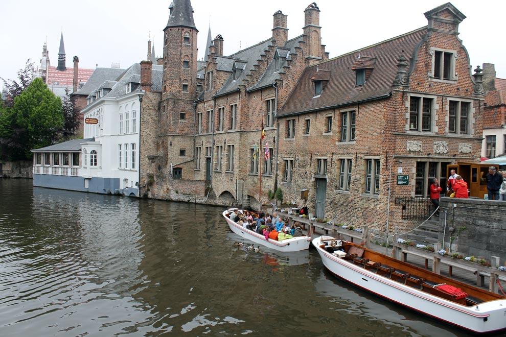 Брюгге. Многие катались на лодочках под зонтами