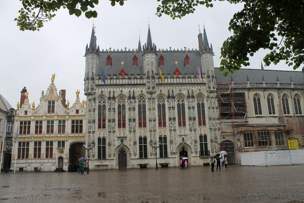 Брюгге. Городская ратуша под дождем