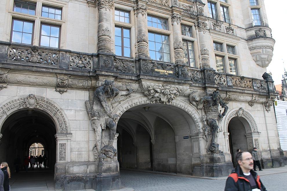 Дрезден. Ворота замка-резиденции и голова человека