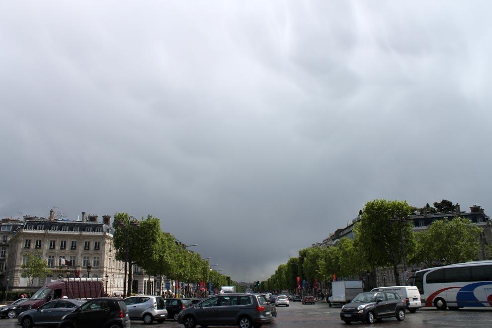 Париж. Триумфальная арка. Вид на Елисейские поля