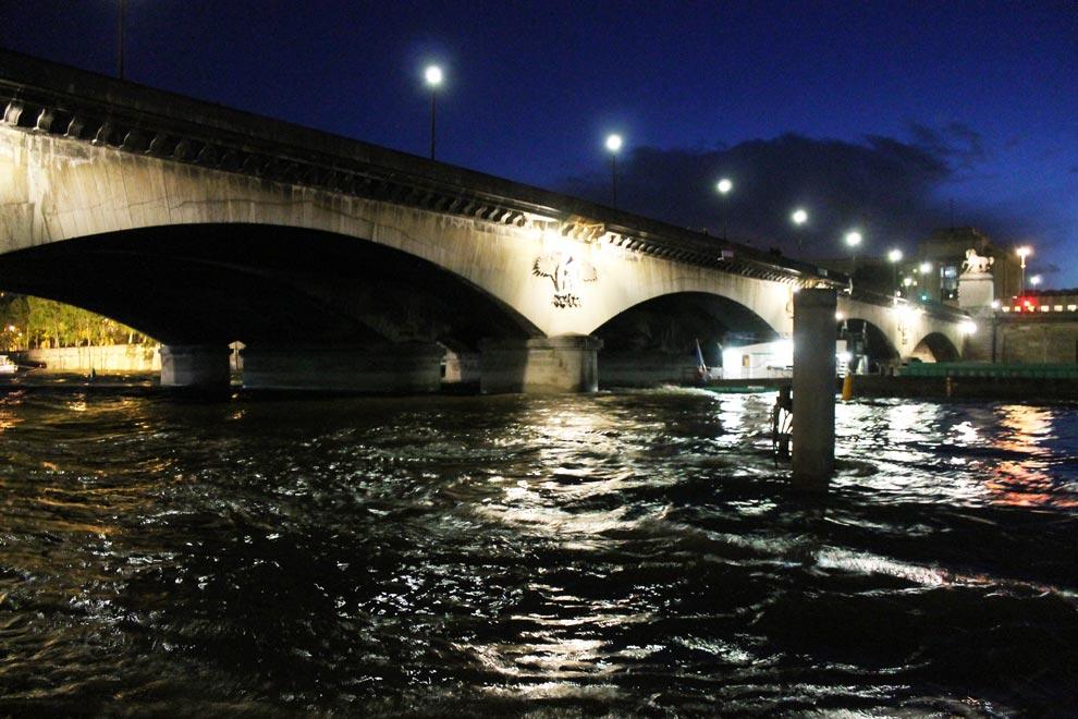 Париж. Под Йенским мостом. Сена бурлит