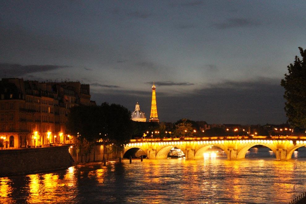 Париж. Отовсюду ее видно