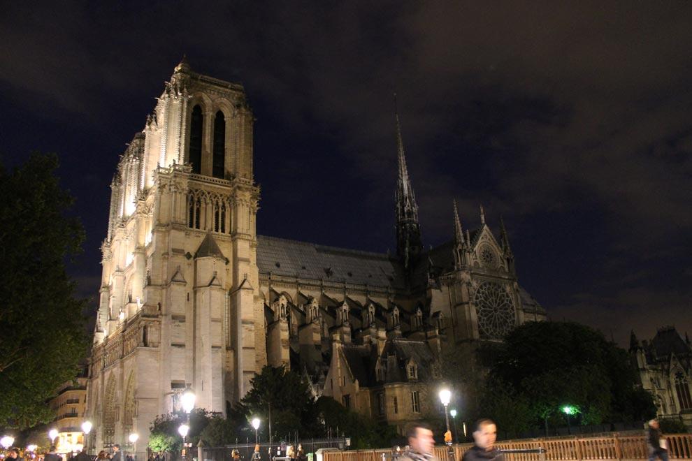 Париж. Собор Парижской Богоматери вечером