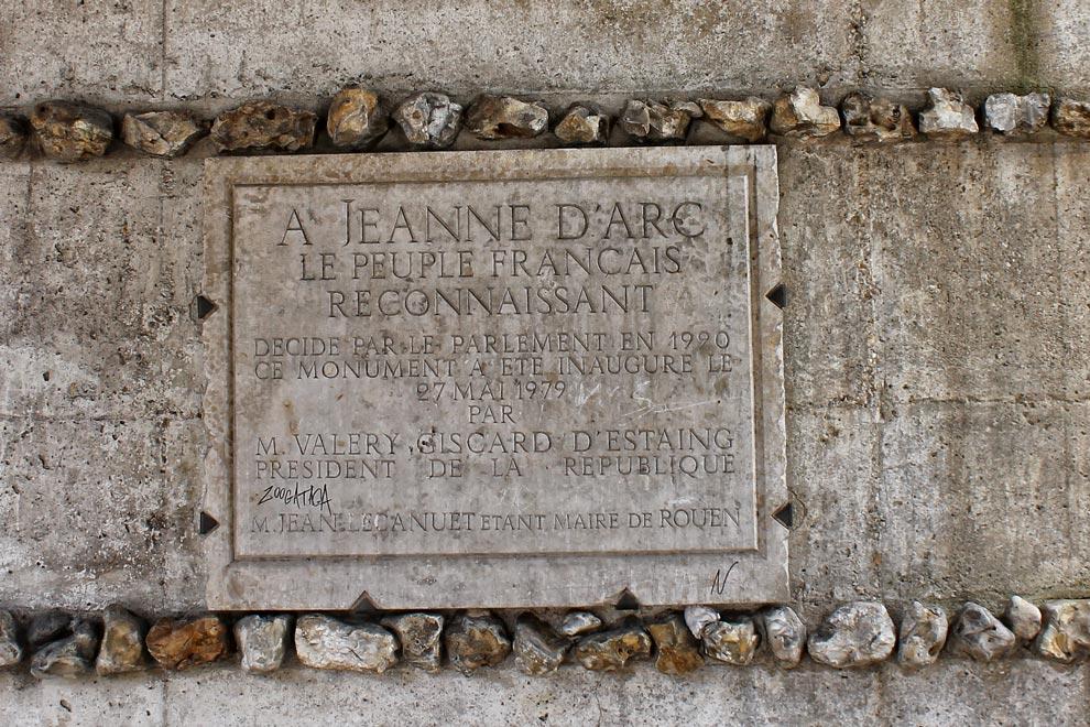 Табличка в честь Жанны д'Арк в Руане
