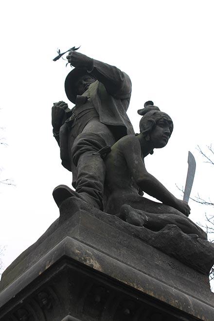 Прага. Карлова площадь. Памятник кому-то с кем-то