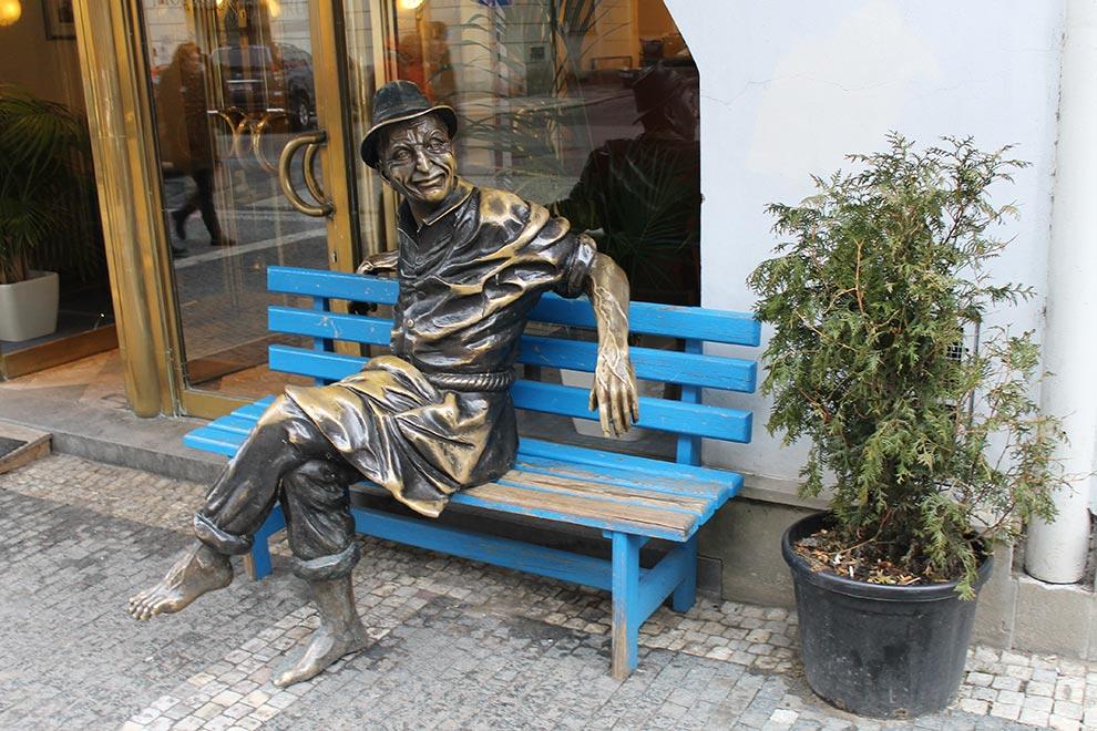 Прага. Мужик с блестящими коленями