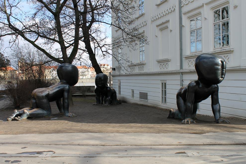 Прага. Человечек с острова Кампа со своими друзьями
