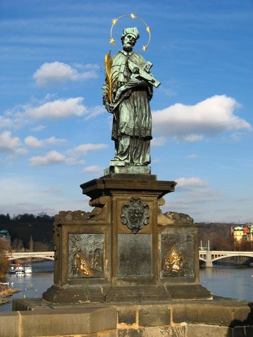 Чехия. Статуя Яна Непомуцкого на Карловом Мосту в Праге