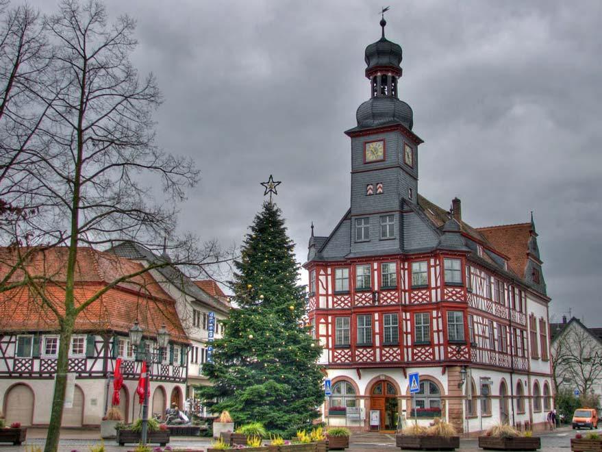 Старая ратуша в городе Лорш. Германия